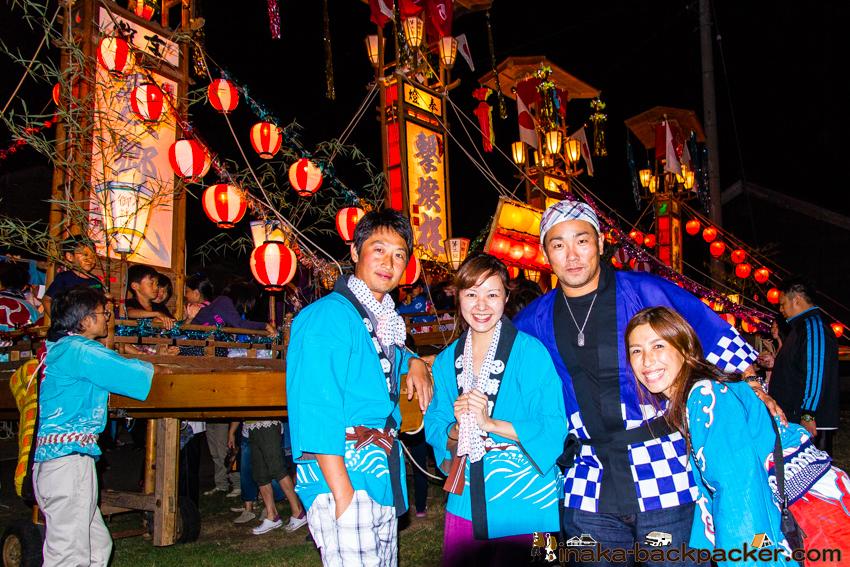 秋(毎年9月)のキリコ祭り。背景の「キリコ」を担ぎましょう!