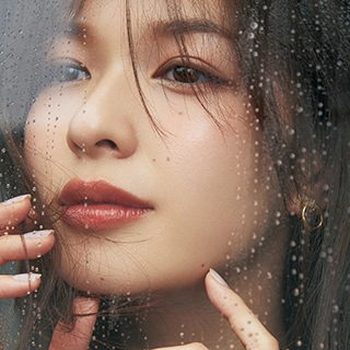 雨の日は【透けベージュアイシャドウ】×【赤みレスリップ&チーク】の引き算メイク