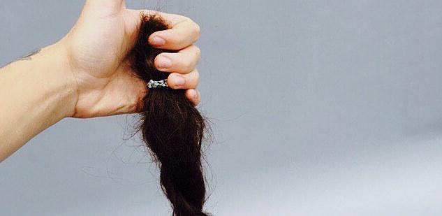 ハリー・スタイルズが髪をカット&寄付!