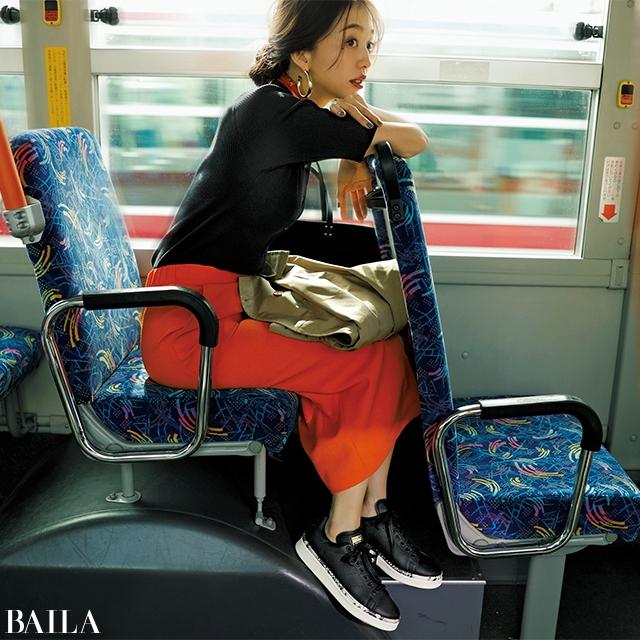 きれいめコーデに! 辛め派の通勤服にぴったりな【黒レザー】スニーカー6選