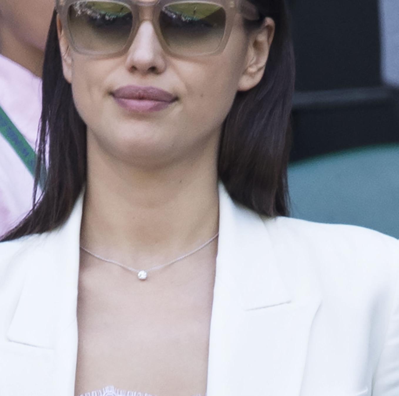 白ジャケットでクリーンにキメる♥イリーナ・シェイク【日めくりセレブ】