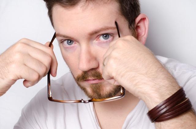 メガネをかけて童顔を目立たなくする