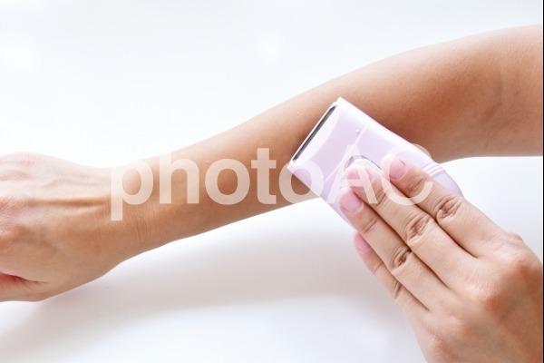 腕毛をすくと自然に薄く見せることができる