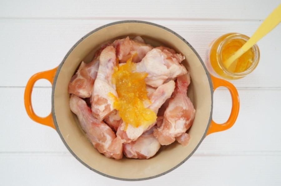 ダッチオーブンと手羽元を使った料理が美味!スープやローストチキンも