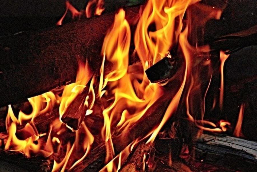 薪の組み方を覚えれば焚き火が充実!組み方とおすすめギアも紹介!