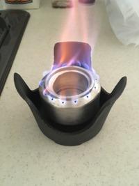 アルコールストーブの燃費・燃焼時間まとめ!燃料やおすすめアイテムも
