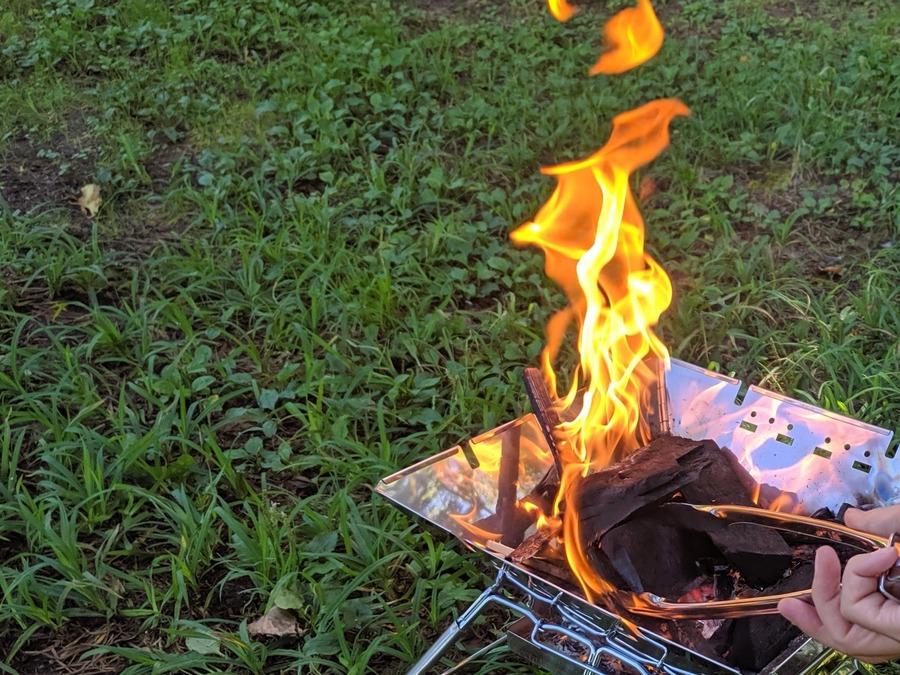 100均のトングは火バサミ・炭バサミとして使える!キャンプに便利!