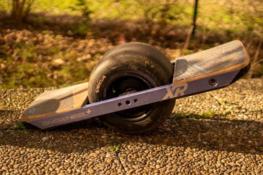電動スケボー「ワンウィール」が人気!値段や公道では走行できるのか調査