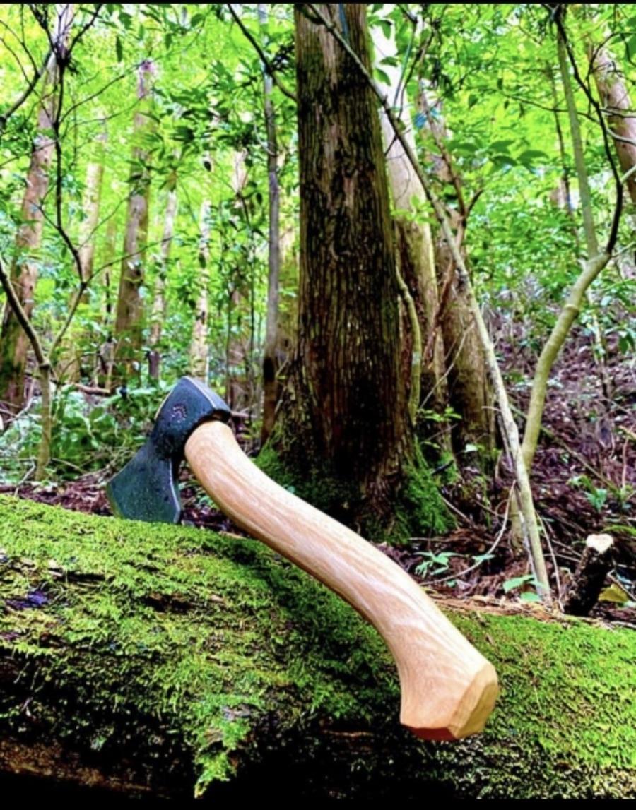 手斧(ハンドアックス)はキャンプ時の薪割りに便利!おすすめアイテムは?