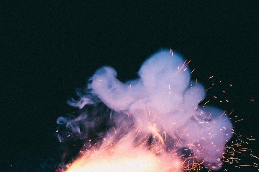 焚き火で煙が出る理由と対策は?煙や匂いを気にせず楽しめるアイテム!