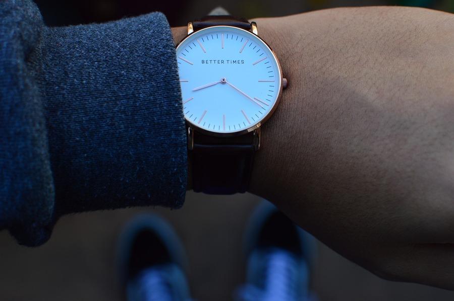 腕時計は右手と左手どっちに付けるべき?あえて右手に付ける意味は?