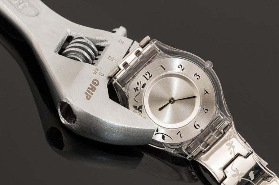 自動巻き時計が止まる・動かない原因は?対処法や修理費用を紹介!