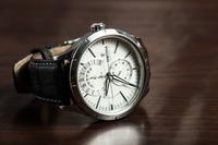 カレンダーつき腕時計の日付・曜日・時間の合わせ方を紹介!