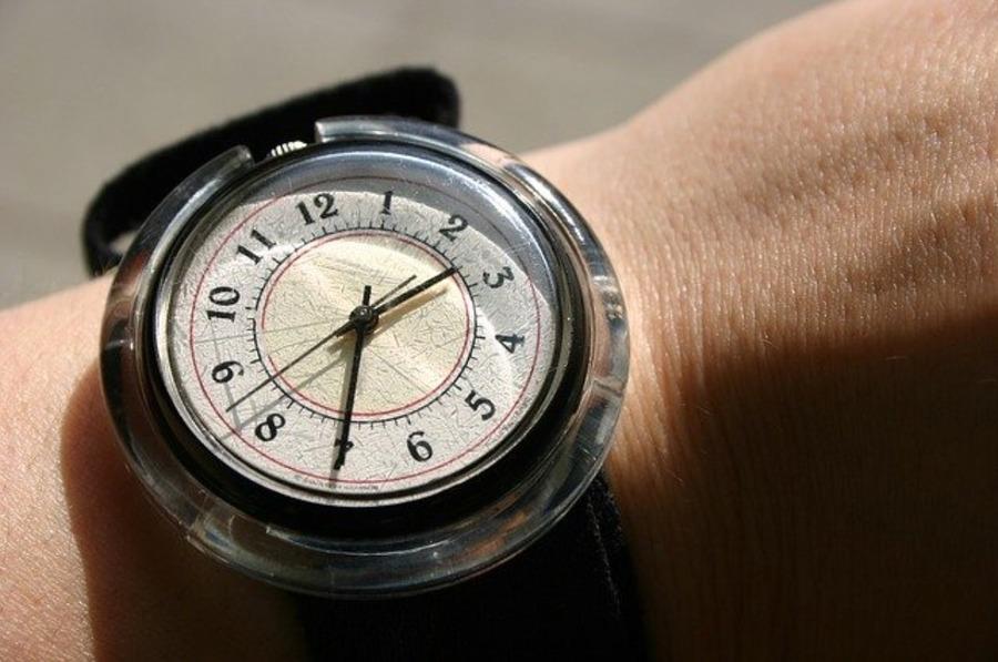 腕時計のベルトが臭い匂いの原因や対処方法は?臭い消しの効果が凄い?