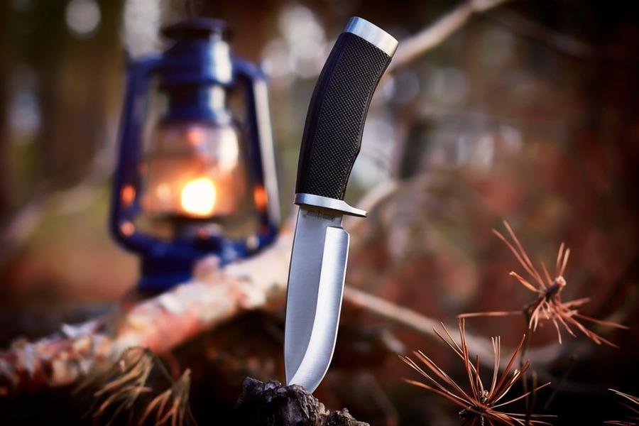 バトニングのやり方!ナイフで薪割りする方法とおすすめのナイフを紹介