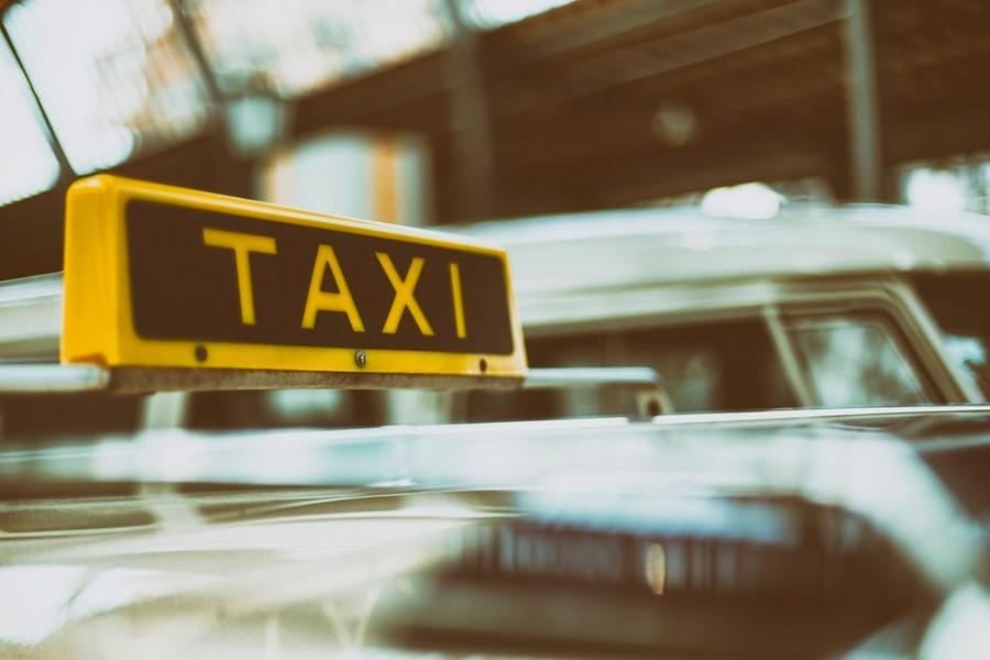 ハワイのタクシー料金は?チップや呼び方・乗り方についても紹介