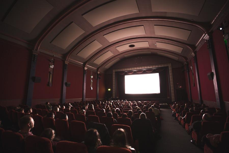 東京都内のカップルシートがある映画館!プレミアムシートや個室も