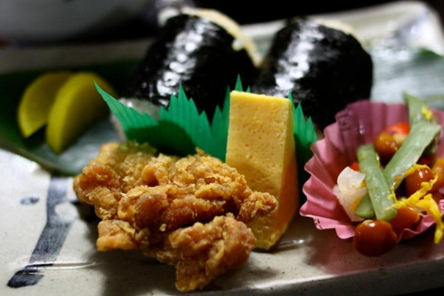 広島むさしの人気メニュー!弁当・うどん・おにぎりメニューを紹介