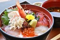 日本橋海鮮丼つじ半の人気メニュー!ランチにもおすすめのぜいたく丼