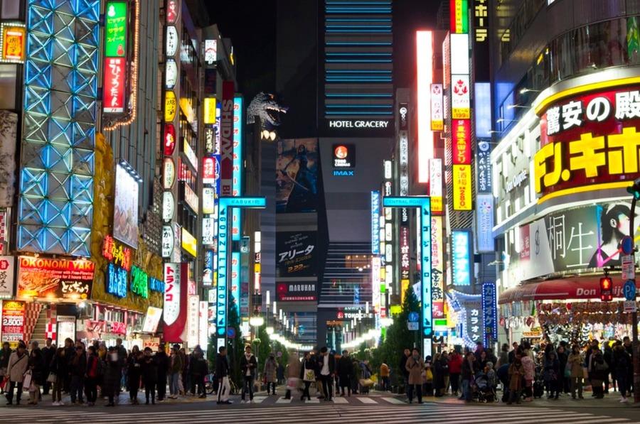 新宿に出現したゴジラまでの行き方は?ゴジラを堪能できるホテルやカフェも!