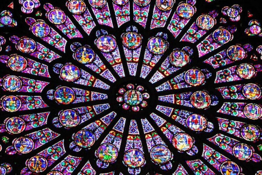 ノートルダム大聖堂のステンドグラスの魅力を紹介!バラ窓の現在も