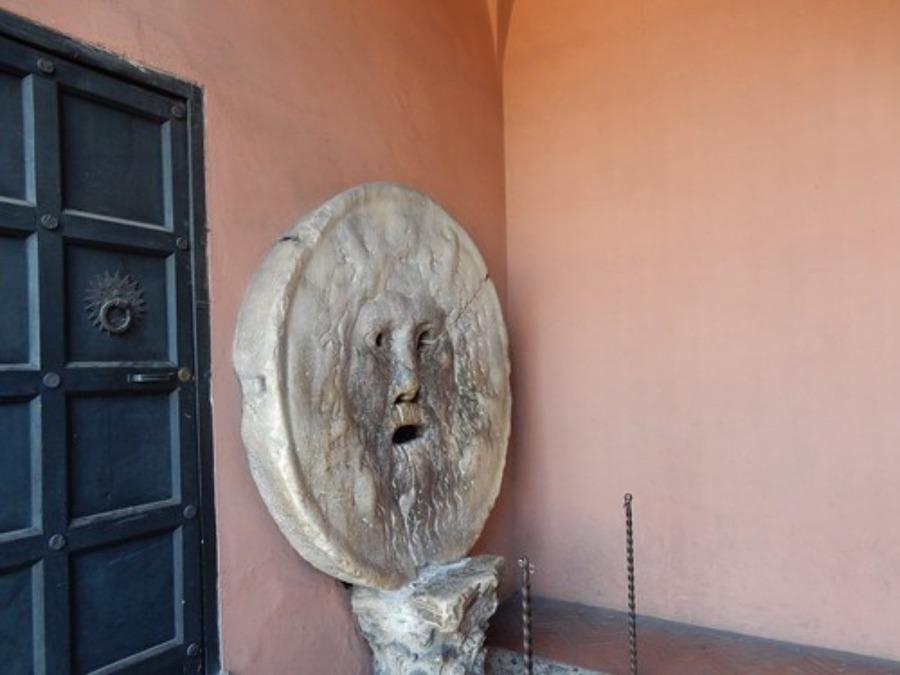 真実の口はローマ時代のマンホールの蓋?イタリアの有名観光地を紹介