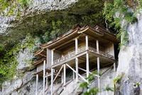 三徳山三佛寺の投入堂は鳥取県の国宝!登山のような参拝方法も紹介