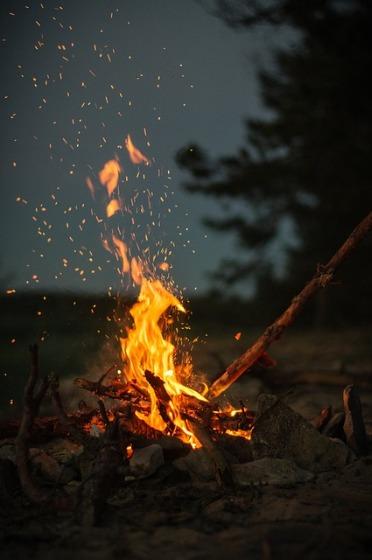 タープ の 下 で 焚き火