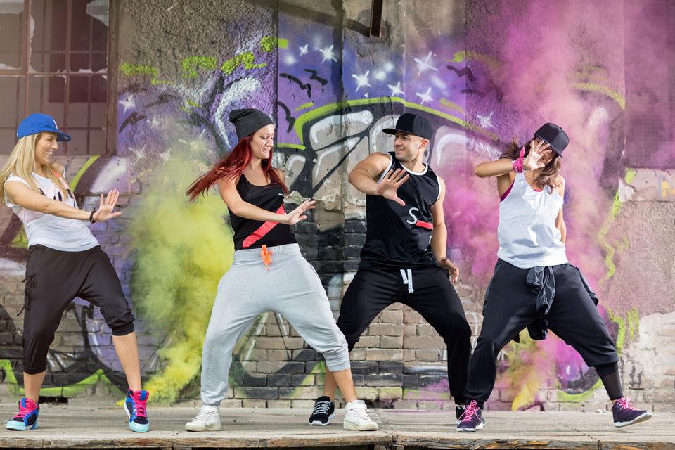 動画で学ぶダンスステップ「ビズマーキー」!