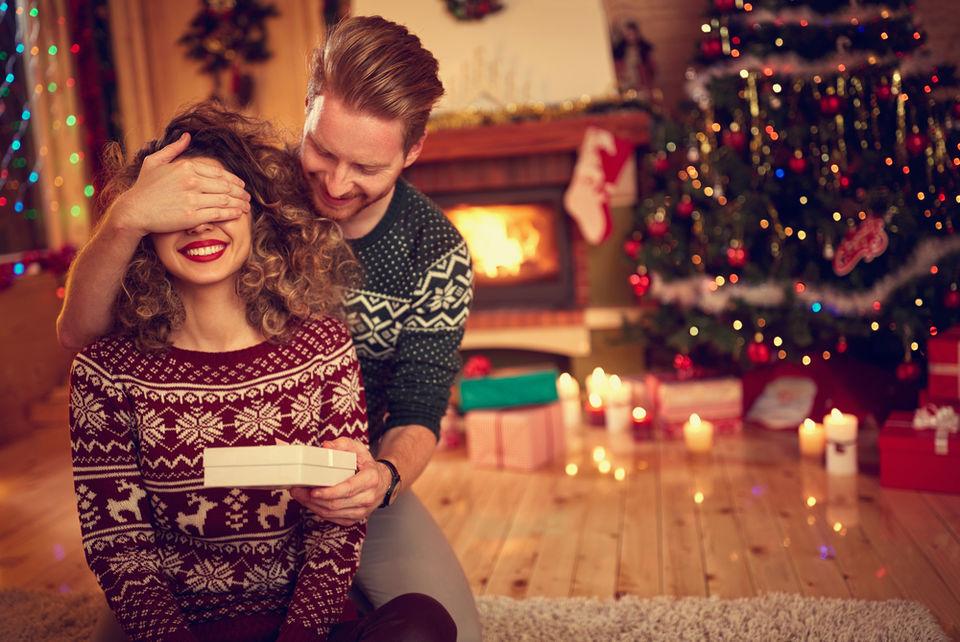 ロマンチストな男性はダンスも一緒にプレゼント!プレゼントを渡すときはこの振り付けと共に!