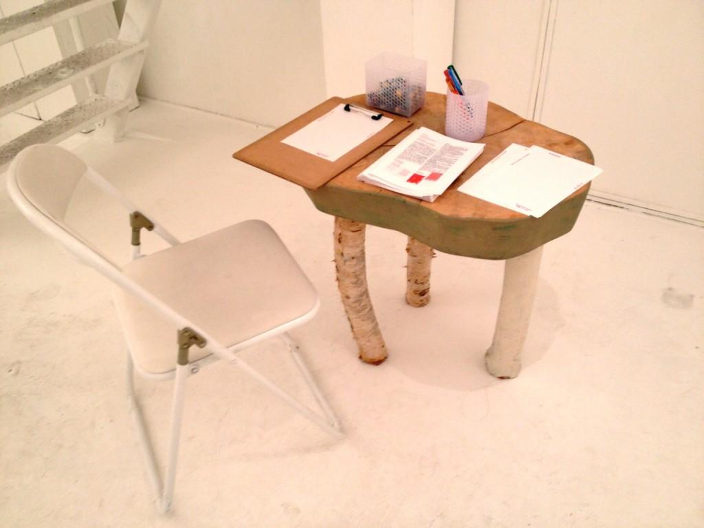 来場者は座って、手紙を書き、展示に参加することができる