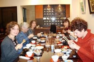 友人と会食を楽しむ外国のお客さま