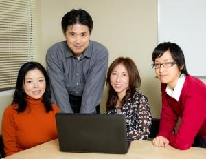 KANコミュニケーションズ社員と(左端)