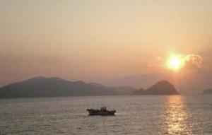 祝島から眺める、上関原発予定地・田ノ浦から昇る朝日