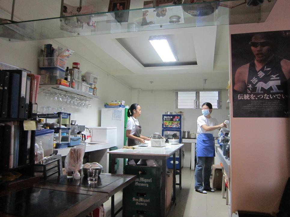 中村さんと、青少年スタッフ。 キッチンでの様子