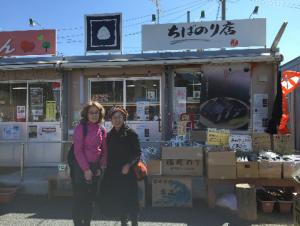 千葉海苔店前にて、みやぎジョネットの草野祐子さんと私