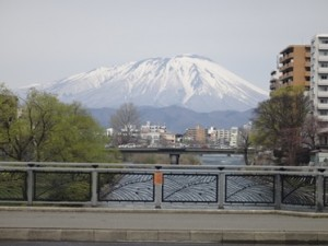 北上川にかかる旭橋から見る岩手山