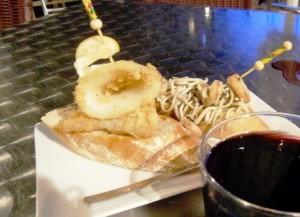 イカのフライ(右)と、スペイン名物「鰻の稚魚」のピンチョス。串がささっているおかげで、崩れることなく、しっかりとパンの上にのっかっている(BARにて)