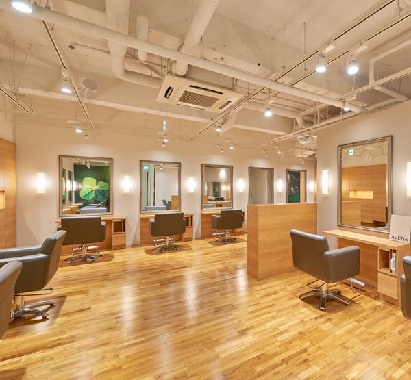 ヘアー カッティングガーデン ジャック・モアザン 新宿 タカシマヤ店の店内を解説した画像。