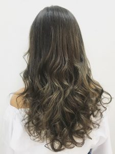 グレイ・グレーアッシュのカラーのヘアカタログ・ヘアスタイル・髪型のイメージ・テイスト画像