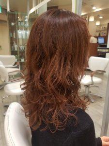 レッド・ピンクのカラーのヘアカタログ・ヘアスタイル・髪型のイメージ・テイスト画像