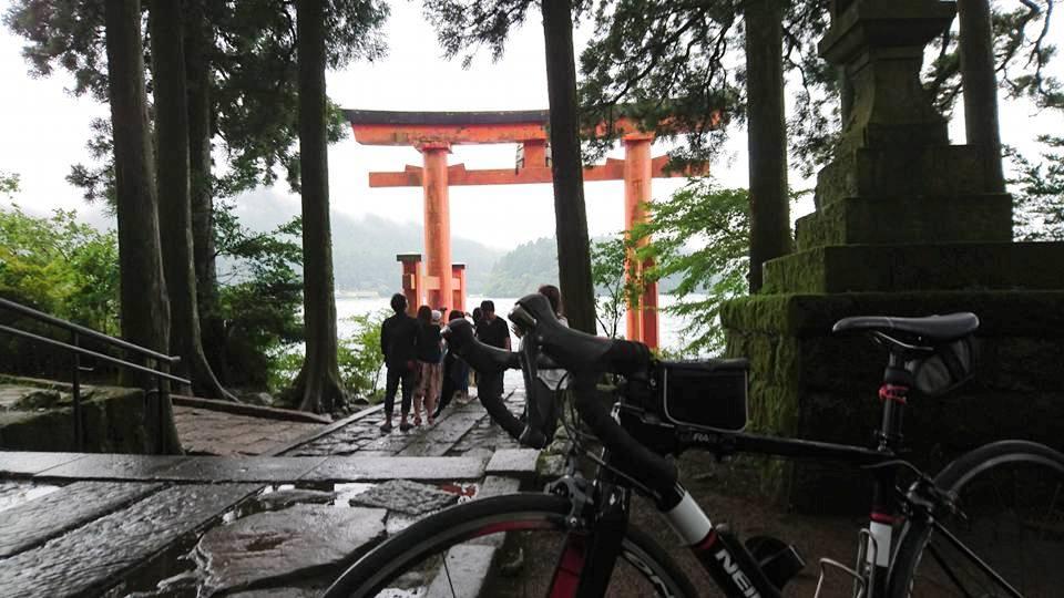 芦ノ湖の鳥居。雨なのに本当に多くの観光客でにぎわっていて、これ以上は進めませんでした。