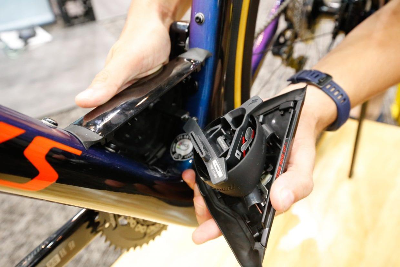 ダウンチューブとシートチューブの接合部に特殊なスペースを設けることができ、チューブなどを収納できます