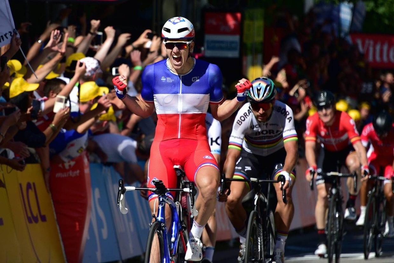 ステージ優勝したアルノー・デマール(フランス、FDJ)。フランス人スプリンターによる勝利は久しぶりで、本来ならフランス中がこのニュースで湧くはずだったが、サガン失格のニュースにかき消されてしまった感がある。デマールのスプリントも、ナセル・ブアニ(フランス、コフィディス)の前を斜行するなど、あまり美しいものとはいえなかった ©A.S.O.