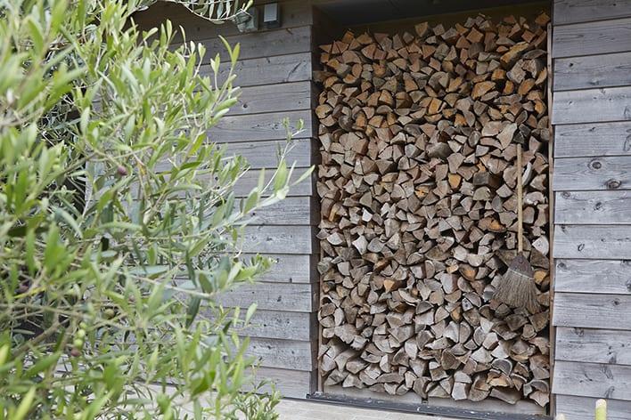 ▲秋に入ると冬に備えせっせと薪割にいそしむ。ヴィンテージバイクにも発揮されているギア好き・整頓好きがここでも活きる