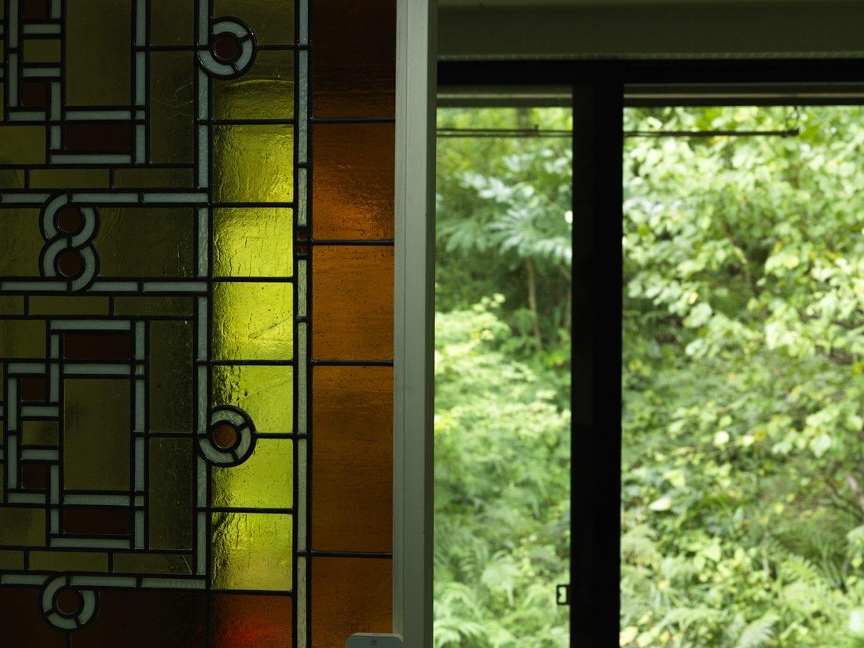 ▲なんとこのステンドグラスも手作り。義兄が器用な人で、旧帝国ホテルなどの建築で知られるフランク・ロイド・ライトのデザインパターンを起こして製作してくれた