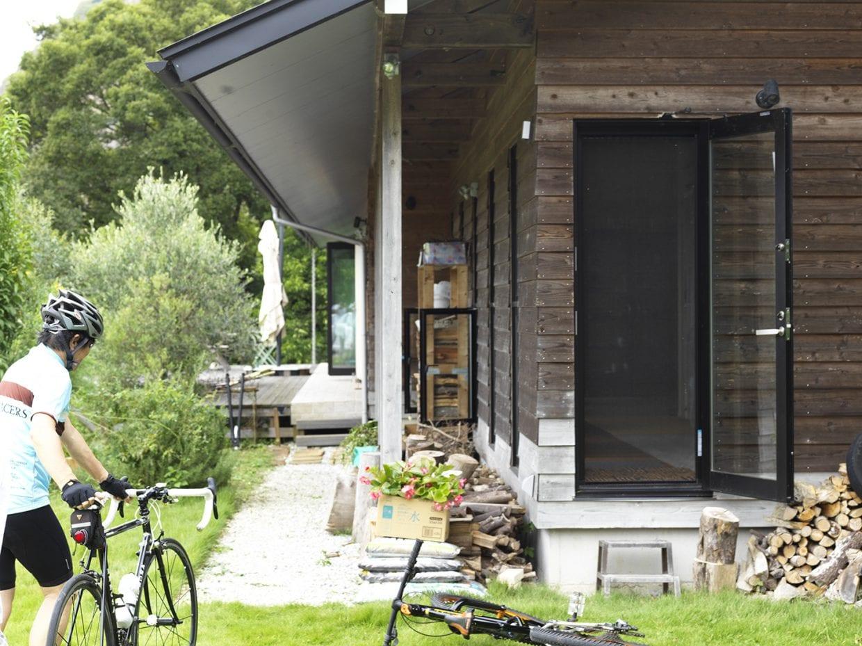 ▲このドアが「自転車専用ドア」。本来の玄関はずっと奥のテラス・デッキのあたりにある