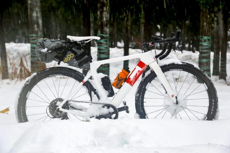 3Tのエアログラベルロードと言う新しいジャンルのバイク「EXPLORO」装着可能タイヤ幅は驚きの55Cまで。写真のバイクは650Bホイールに2.1インチ幅のMTB並みのタイヤを装着しています。photo:神楽坂つむり
