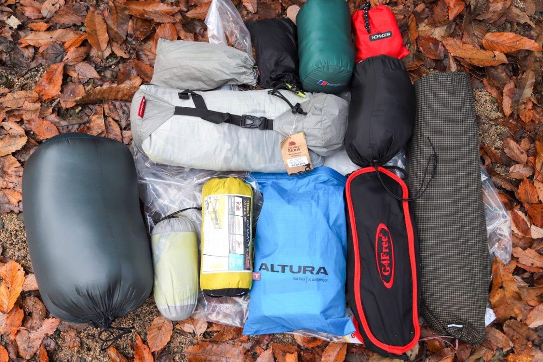 青色のスタッフバッグの中に着替え一式を詰め込んでいます。ウエアだけは万が一雨に降られても大丈夫なように防水性のバッグに入れておくことをおすすめします。photo:神楽坂つむり