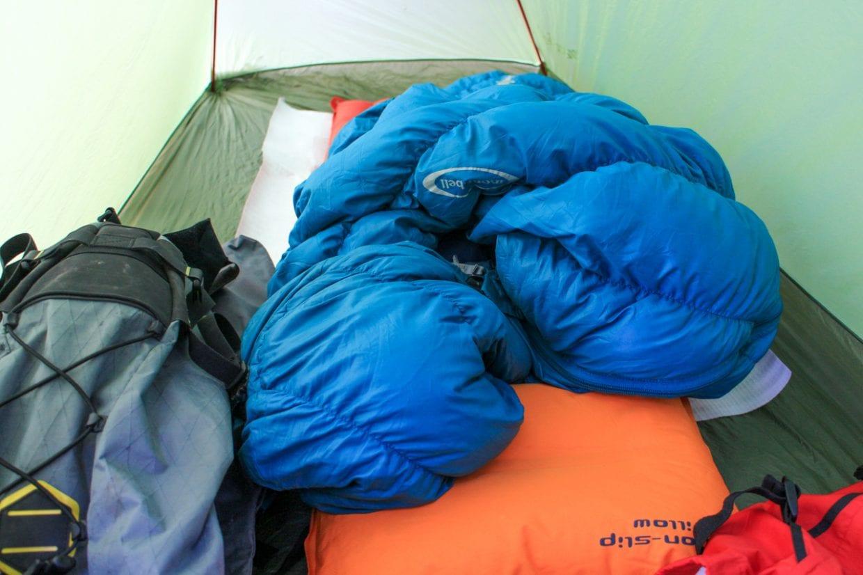 特に冬場のシュラフは快適に睡眠するために重要なアイテム。気温に合わせて適切な保温性能を有しているものを選びましょう。photo:神楽坂つむり